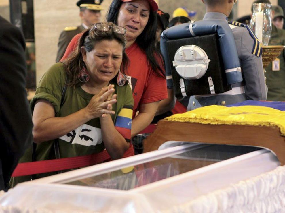 Miles de personas acompañaron el cortejo de Chávez