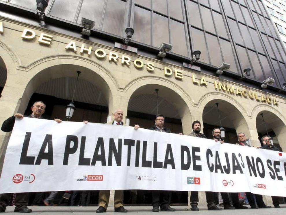 Los trabajadores de Caja3 protestan ante la sede de Caja Inmaculada