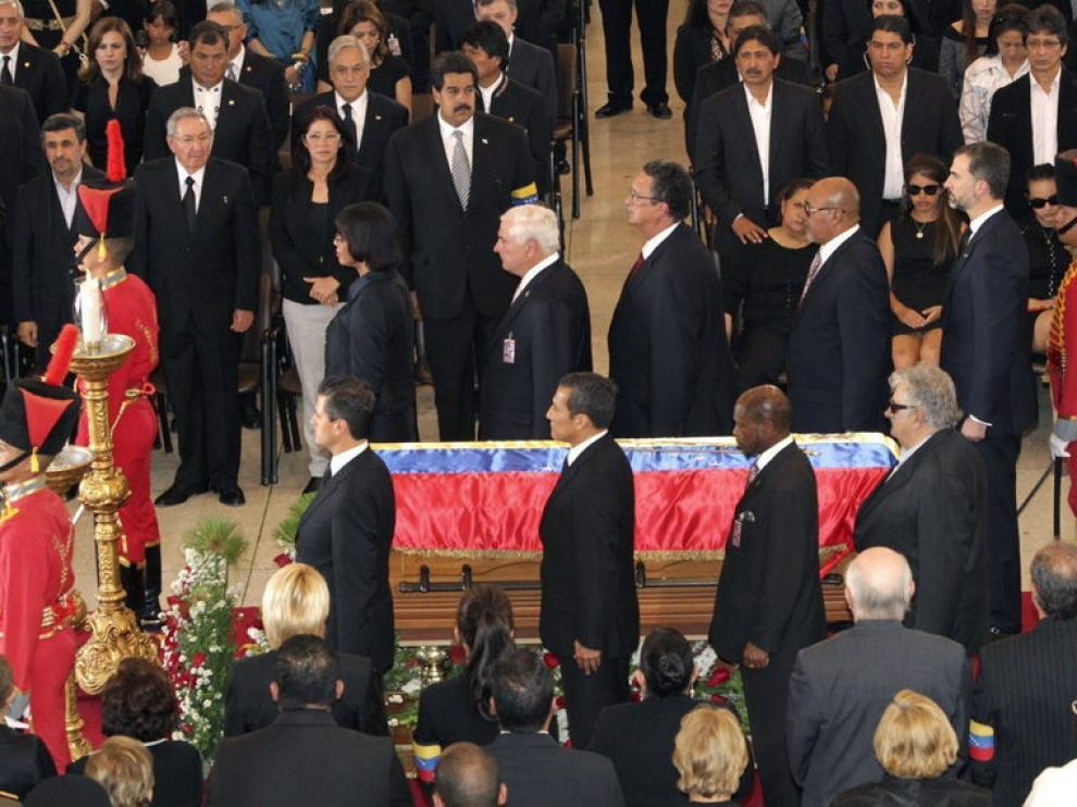 El Príncipe en la guardia de honor de Chavez