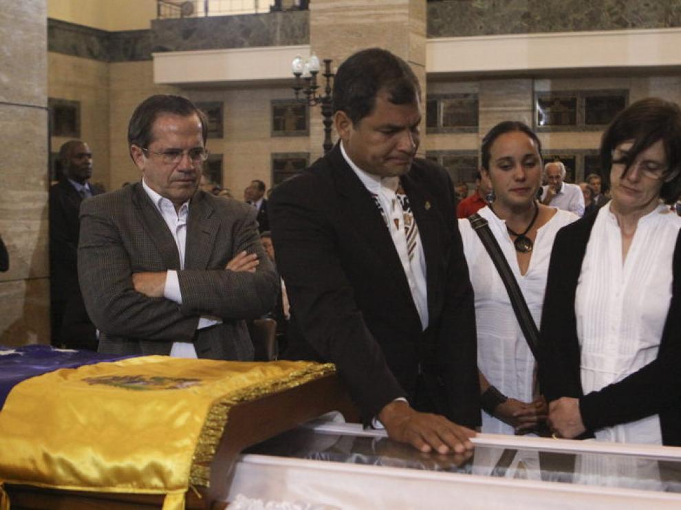 El presidente de Ecuador, Rafael Correa, da el último adiós a Hugo Chávez