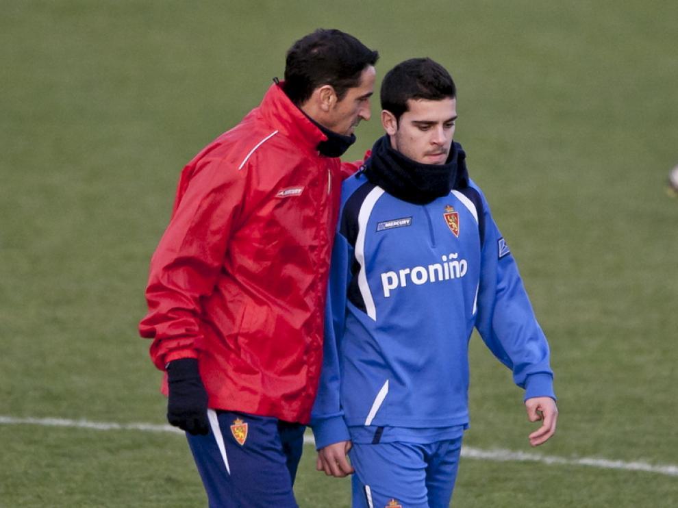 El jugador del Real Zaragoza Víctor Rodríguez, con Jiménez