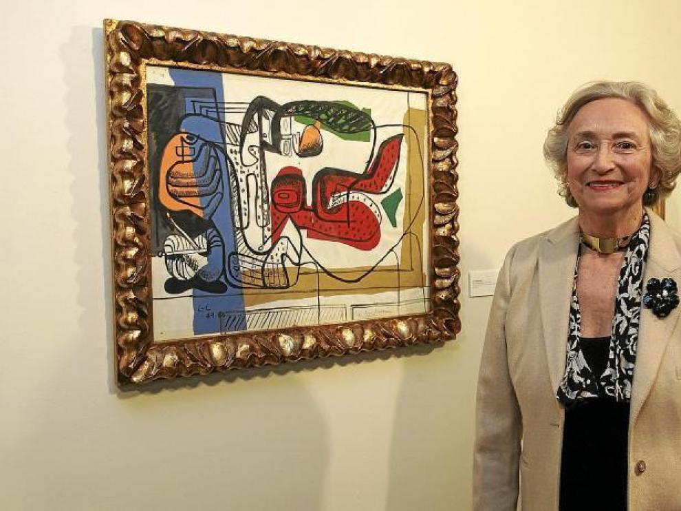 Pilar Citoler con una obra de su colección
