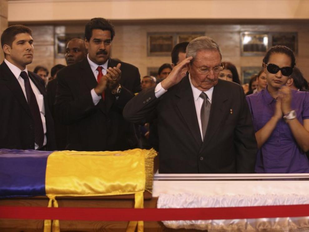 Raul Castro, en la capilla ardiente de Chávez