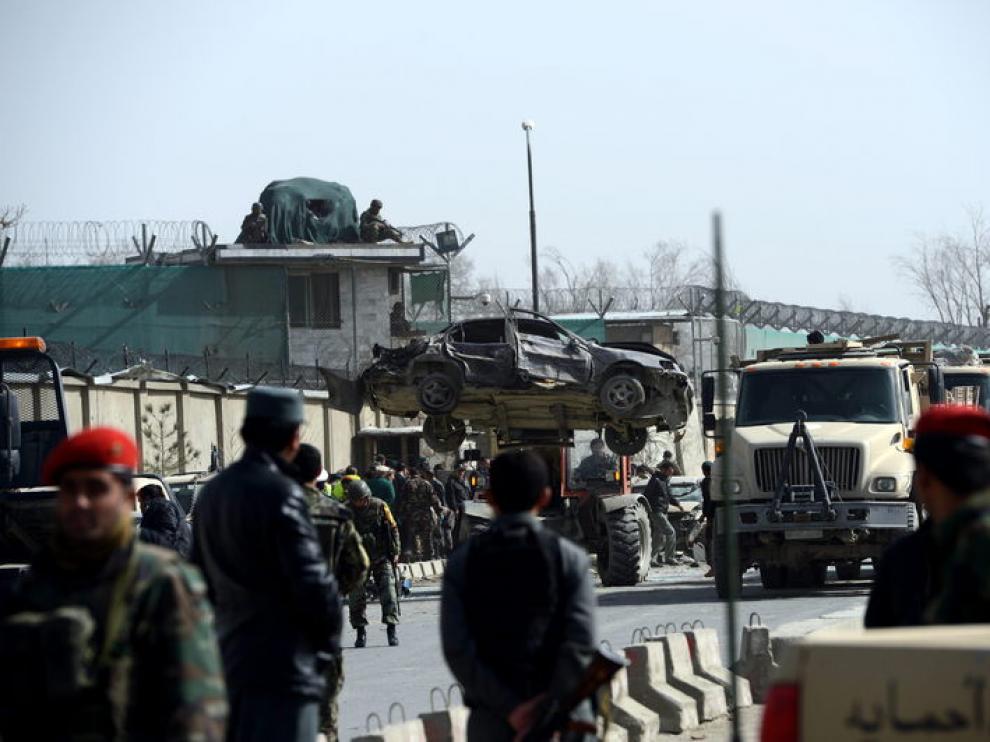 Tras el atentado en Kabul se han retirado algunos vehículos dañados