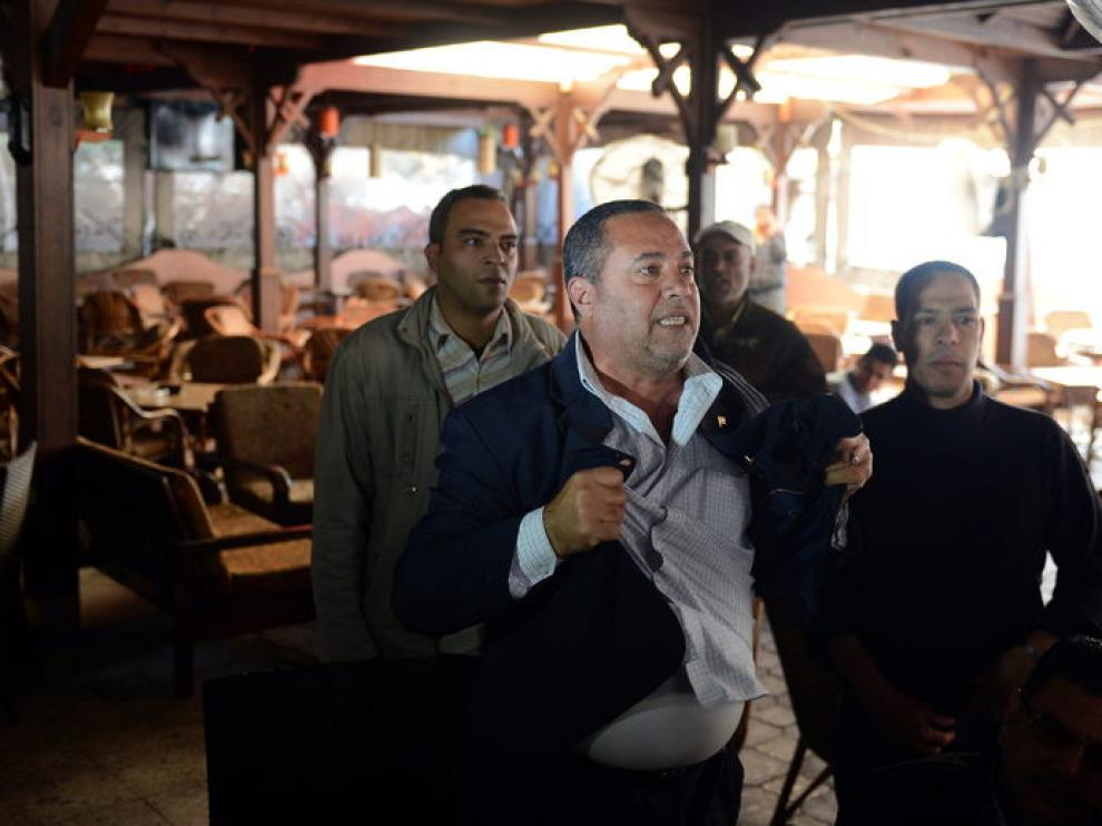 Un hombre reacciona tras conocer la nueva sentencia por la masacre de Port Said en Egipto