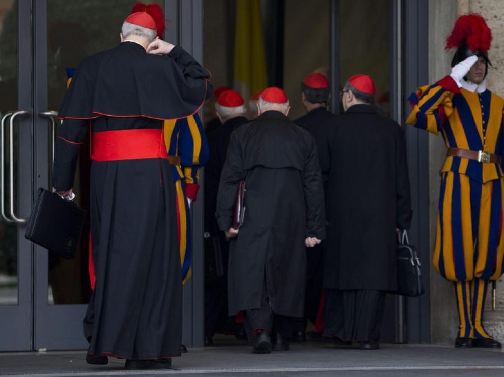 Algunos de los cardenales acuden a una reunión preparatoria del cónclave