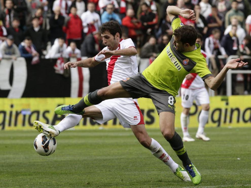 El centrocampista del Rayo, Trashorras (i) y el delantero del espanyol (d), Ricardo Stuani