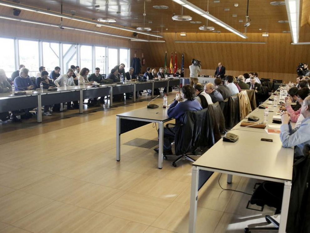 Los sindicatos y la dirección de Iberia han comenzado la reunión para aceptar o rechazar la propuesta.
