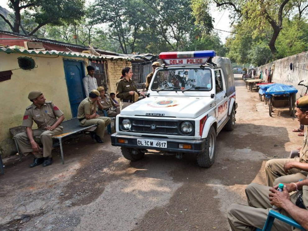La policía india en la zona de la violación