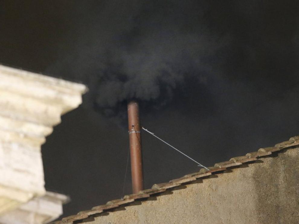 Primera fumata negra de este cónclave