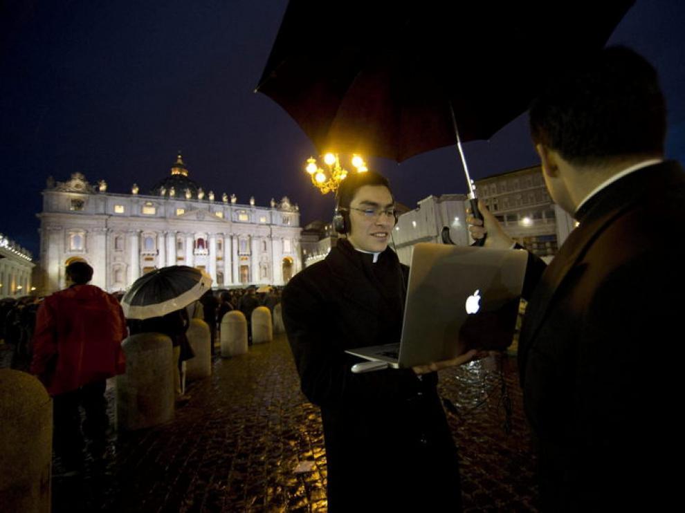 Sacerdotes y fieles esperan la resolución del cónclave en la plaza de San Pedro.