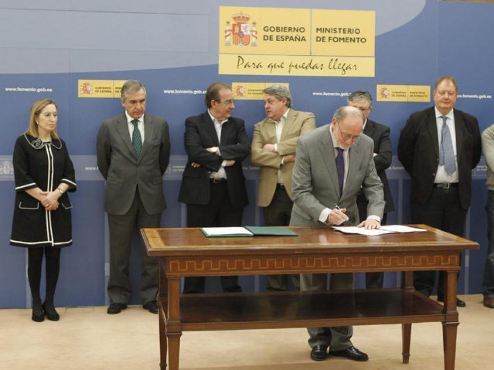 Los sindicatos mayoritarios de Iberia y la dirección de la aerolínea firman la propuesta de acuerdo