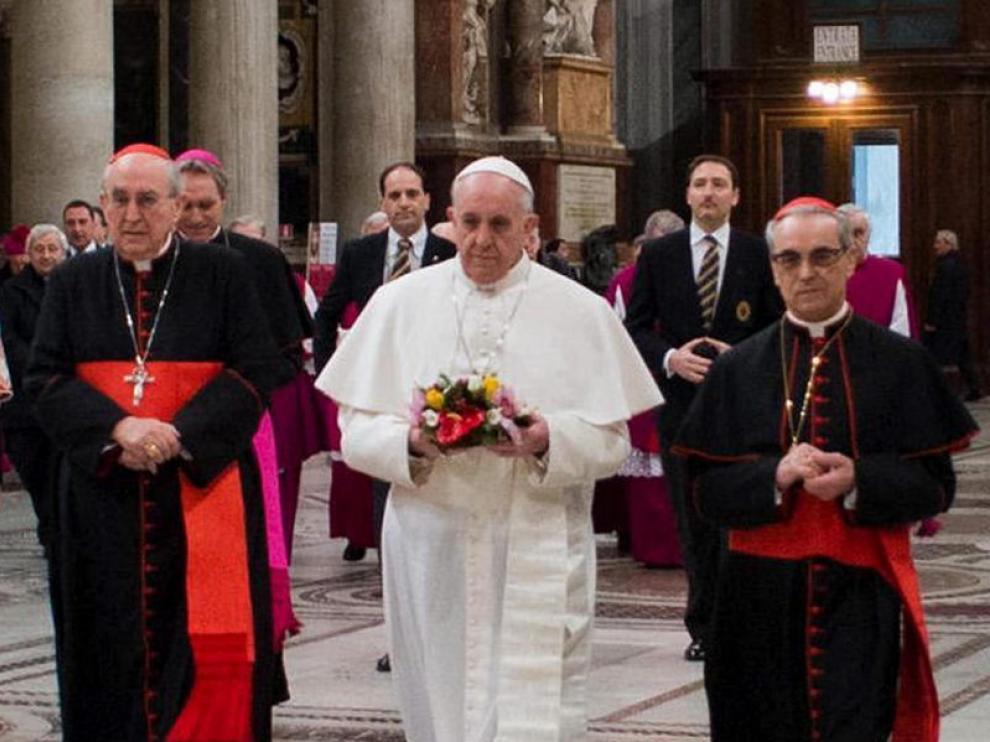 El papa Francisco junto al turolense Santos Abril (a la derecha), en Santa María la Mayor