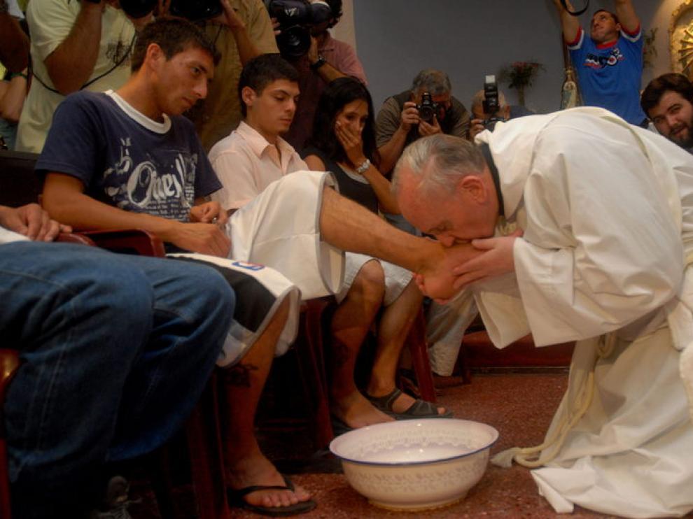 Fotografía de archivo en la que Jorge Mario Bergoglio besa los pies a gente pobre y drogadicta.