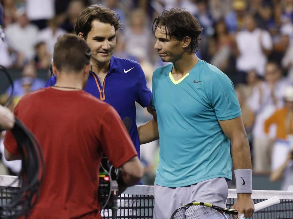 Nadal y Federer se saludan tras la victoria del mallorquín en Indian Wells.