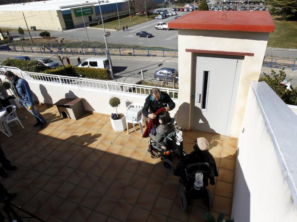 Miriam y Alba Escuín acceden a la primera planta de su edificio a través del elevador
