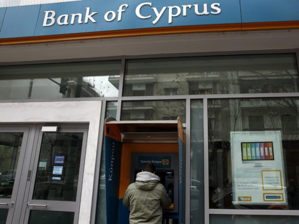 Un ciudadano saca dinero en un banco chipriota