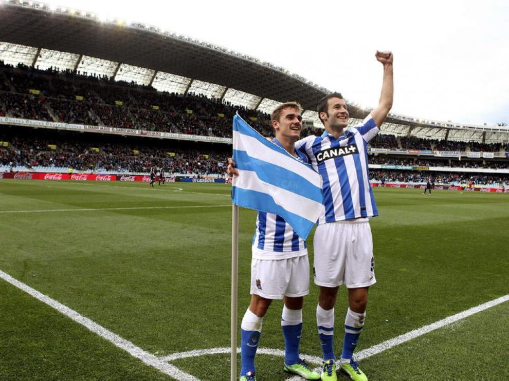Griezmann y Agirretxe celebran uno de los goles