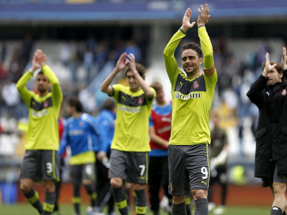 Los jugadores del Espanyol saludan al término del partido