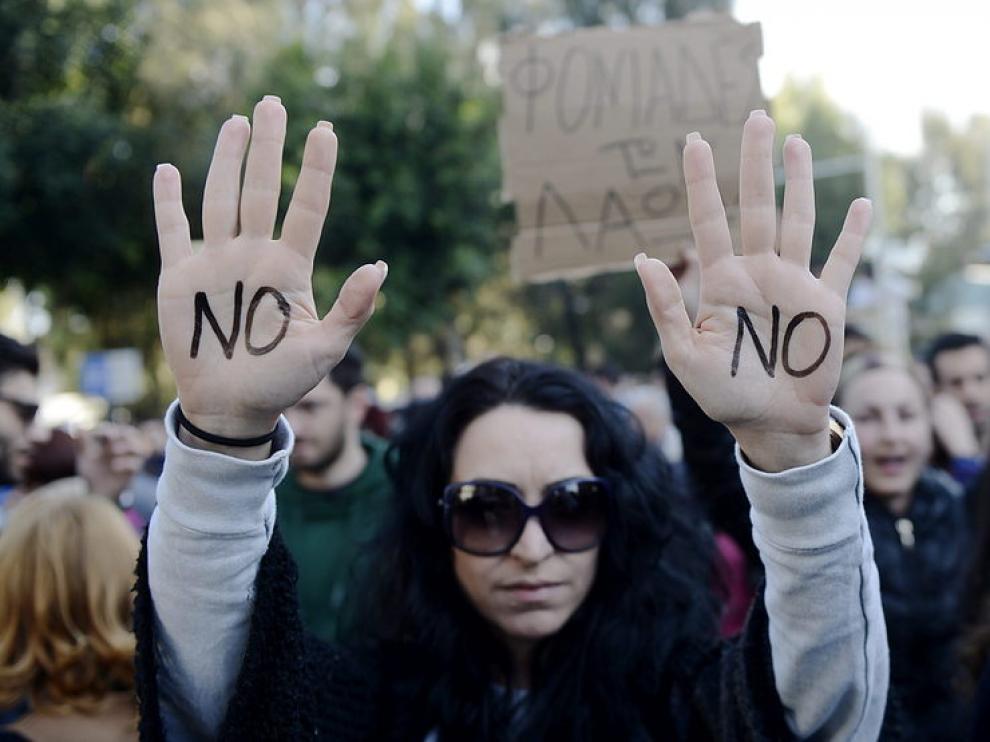 Centenares de personas se manifiestaron contra la ratificación del paquete de medidas del Eurogrupo.