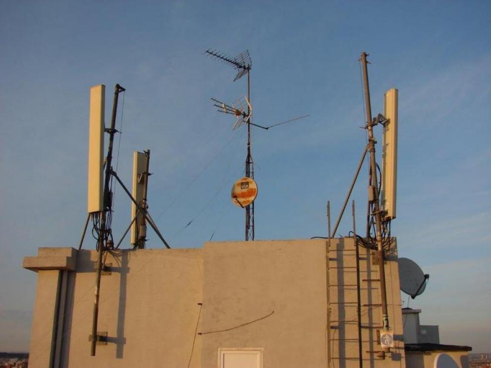 Antena de telefonía móvil ya instalada en la calle de Cecilio Navarro