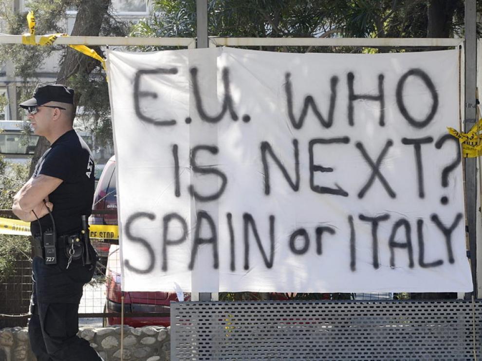 """Cartel en Nicosa: """"¿Quién será el Próximo? España o Italia"""""""