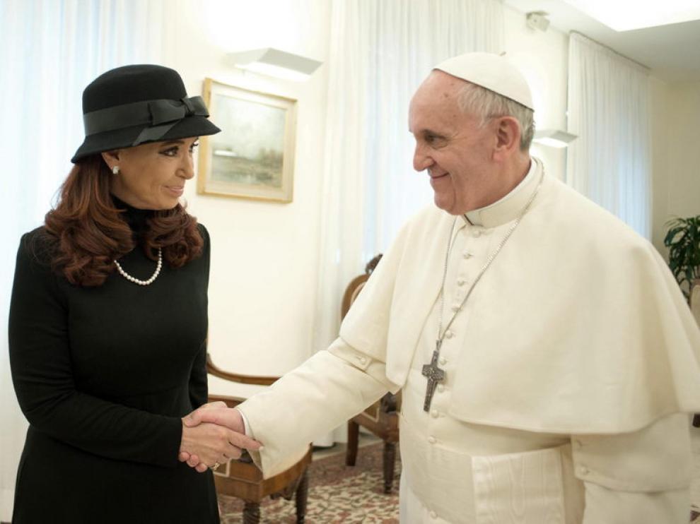 El papa Francisco estrecha la mano de Cristina Fernández de Kirchner