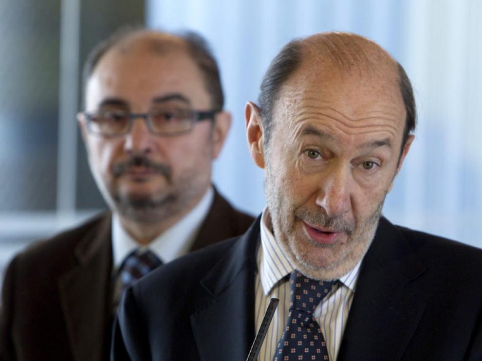 Rubalcaba acompañado del secretario del PSOE en Aragón Javier Lambán, en Zaragoza