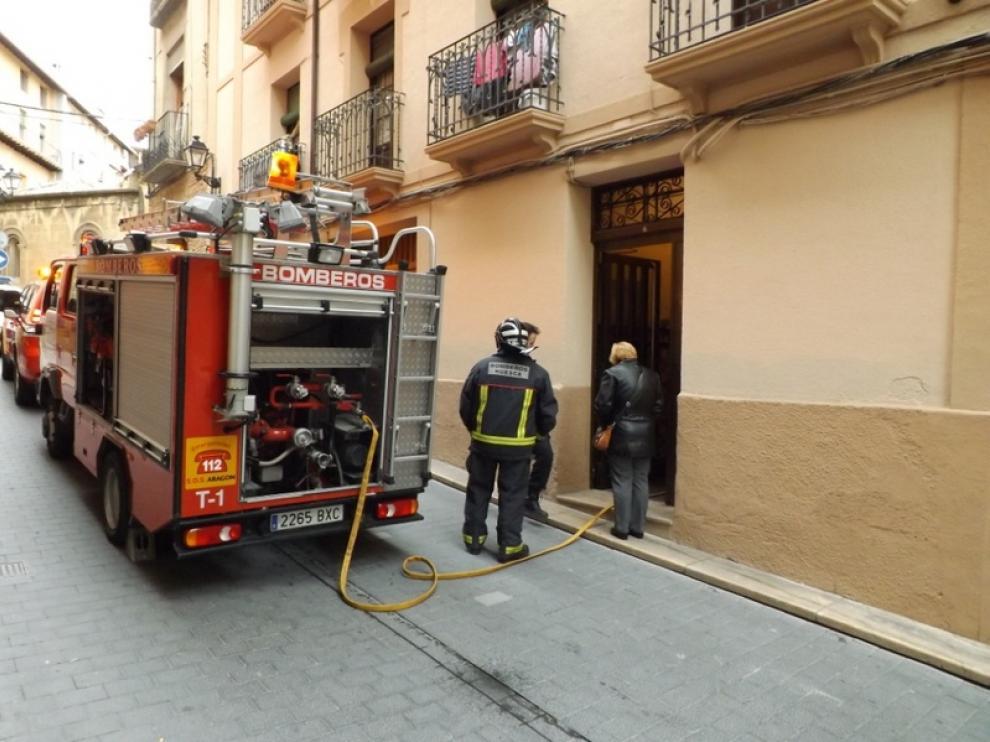 Los bomberos cortaron la calle al público.