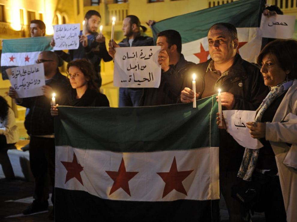 Ciudadanos encienden velas para conmemorar el segundo aniversario de la revolución siria