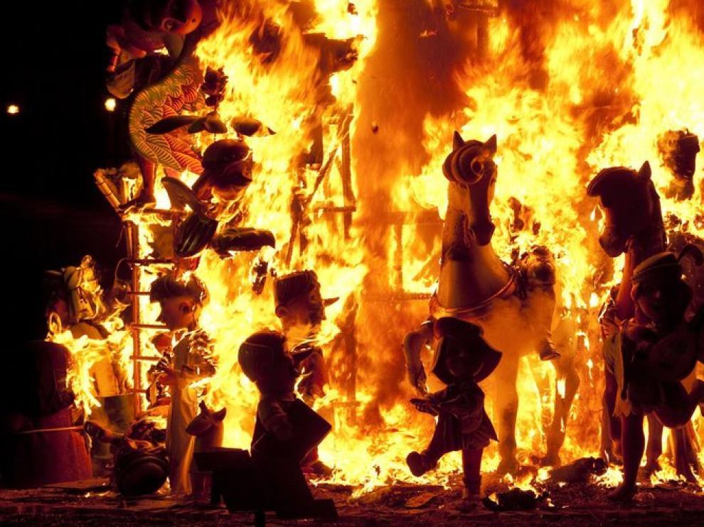 Una de las fallas infantiles quemadas este martes por la noche.