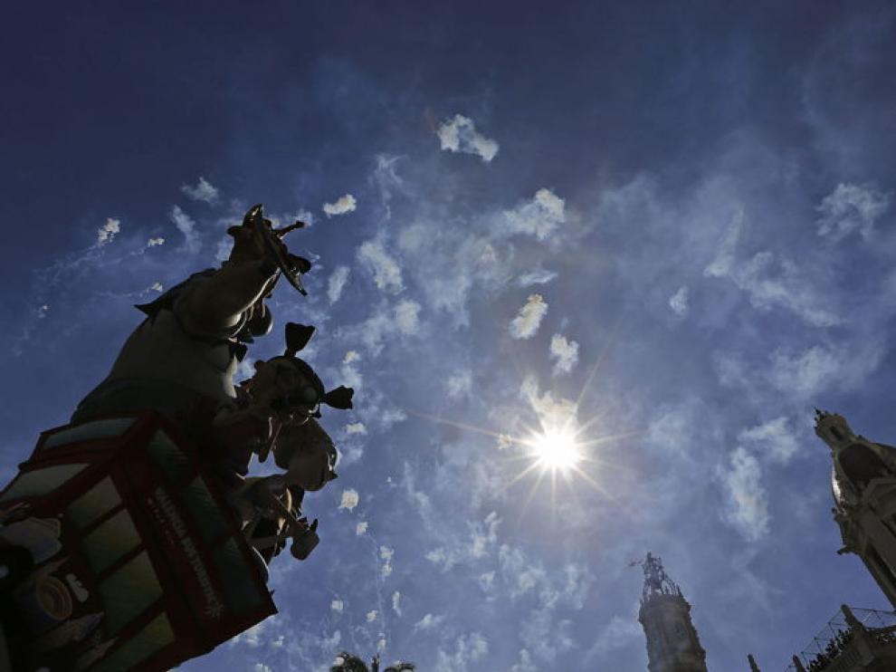 La falla de la plaza del Ayuntamiento se perfila contra un cielo azul marcado por las explosiones.