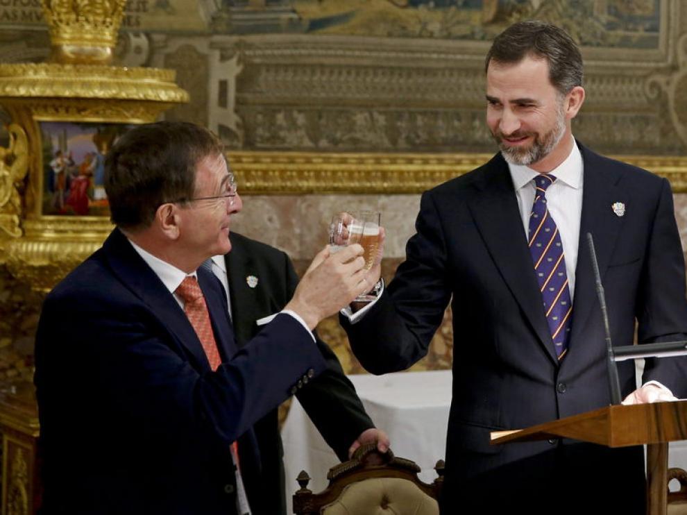 El Principe brinda con el director ejecutivo del COI