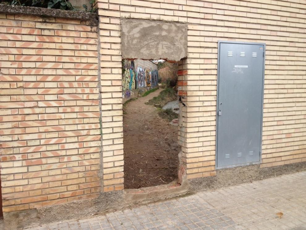 Vecinos de Miralbueno alertan del peligro de un paso improvisado junto a una acequia