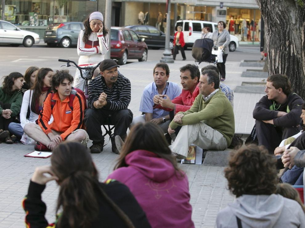 Asamblea del 15-M en la plaza de Navarra de Huesca.