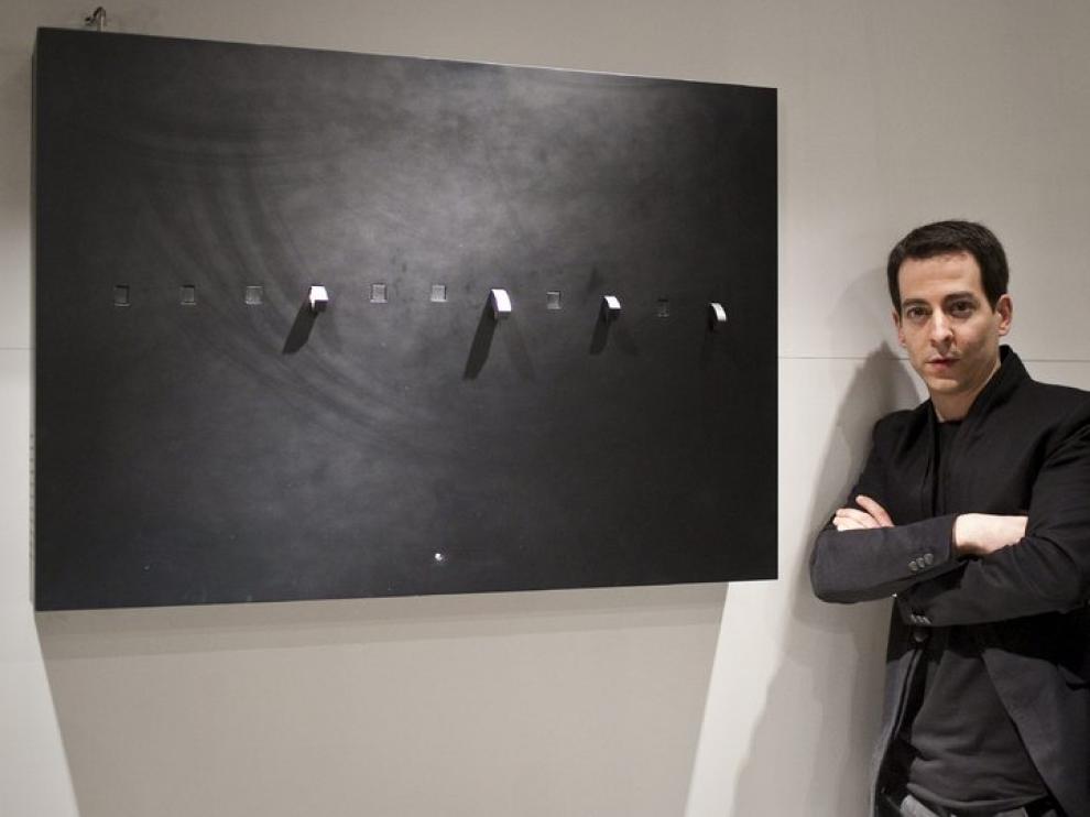 El autor junto a una de sus obras expuestas en el Pablo Serrano