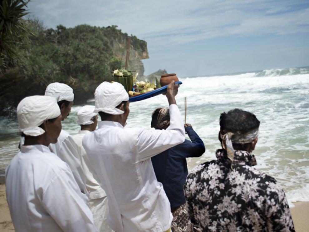 Sacerdotes alzando sus ofrendas antes de depositarlas en el mar