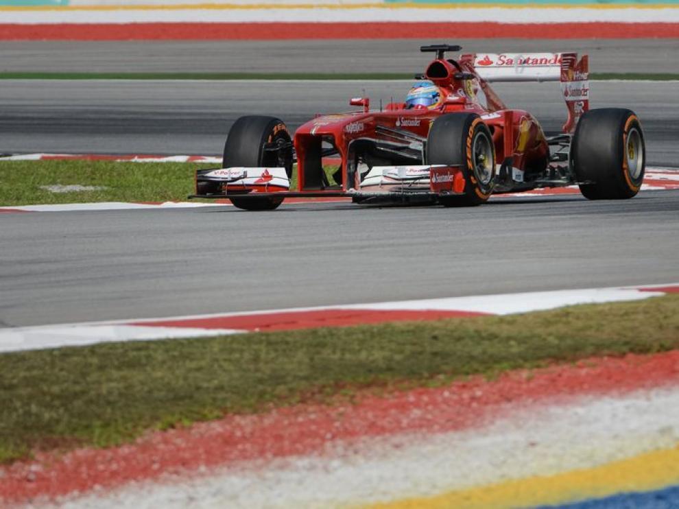 El Ferrari de Alonso rueda por el circuito de Malasia