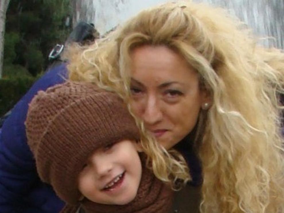 Teresa Ibáñez y su hijo Luca, de seis años.