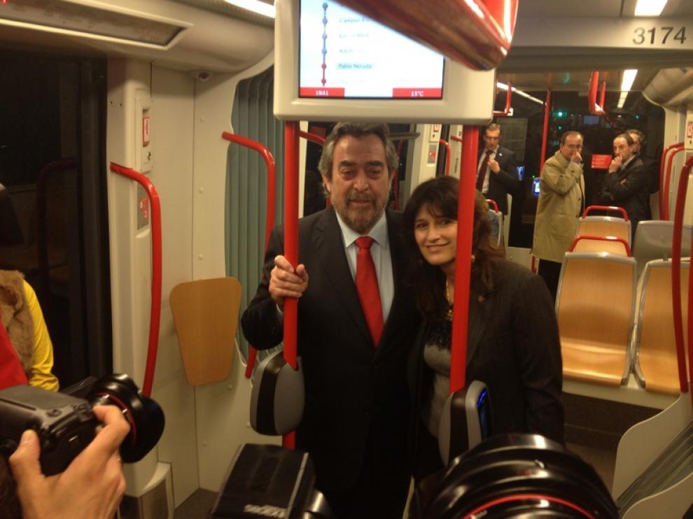Belloch y Carmen Dueso en el primer recorrido del tranvía hasta Parque Goya