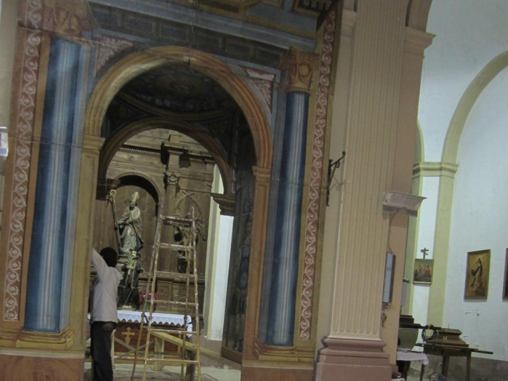 Montaje del monumento de Semana Santa de Biscarrués