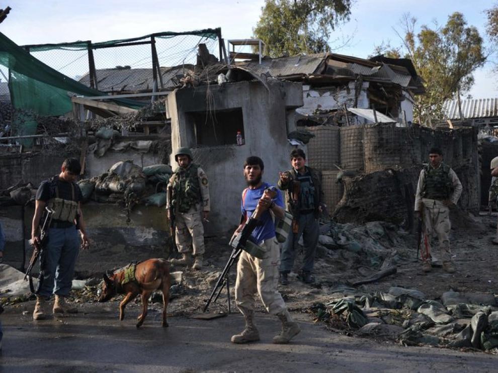 Personal de las fuerzas de seguridad afganas en el lugar del atentado, en Jalalabad.