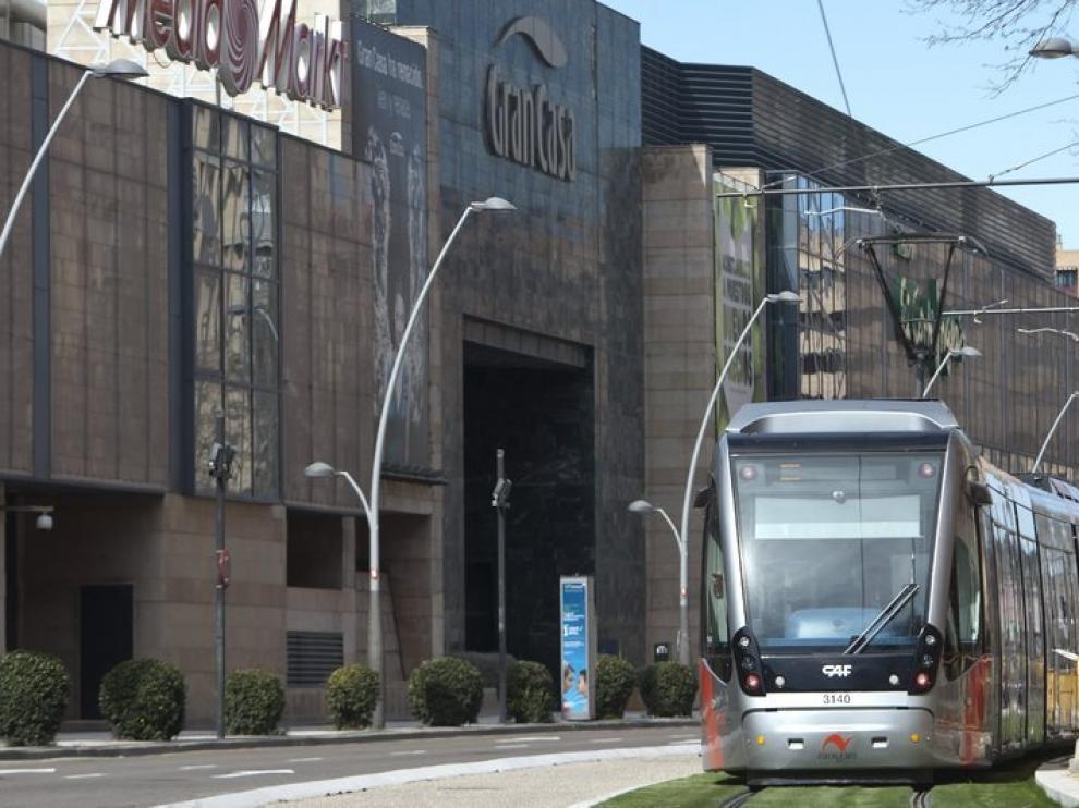 Un convoy a su paso por el centro comercial Grancasa