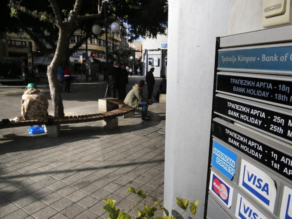 Gente esperando en la puerta del Banco de Nicosia