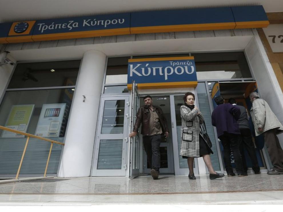 Clientes de un banco de Chipre en su sede de Atenas