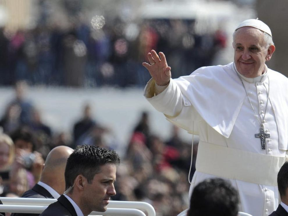 El Papa Francisco saluda desde el papamóvil a su llegada a la plaza de San Pedro.