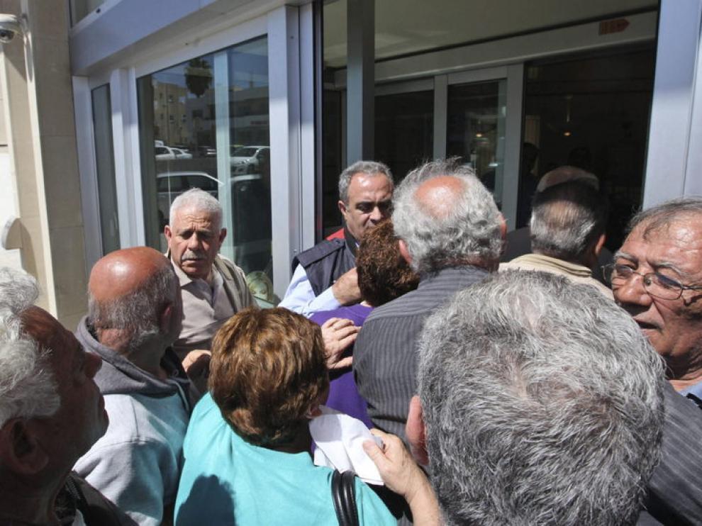 Chipriotas abarrotan la entrada de una sucursal del Banco de Chipre