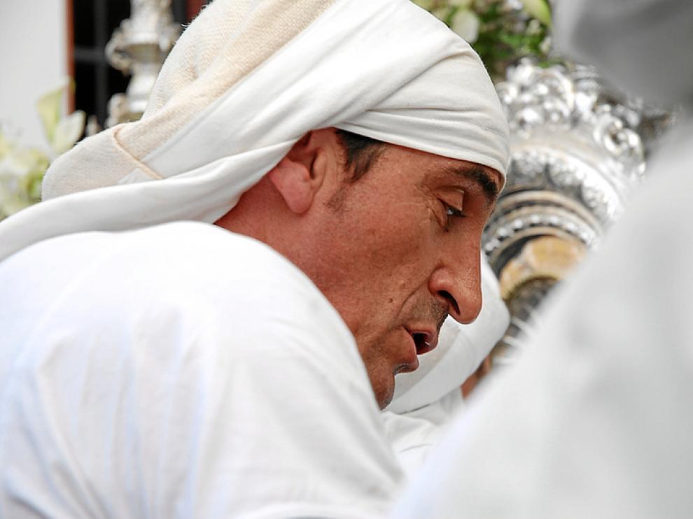 Manolo Jiménez portando la imagen de la Virgen de los Dolores