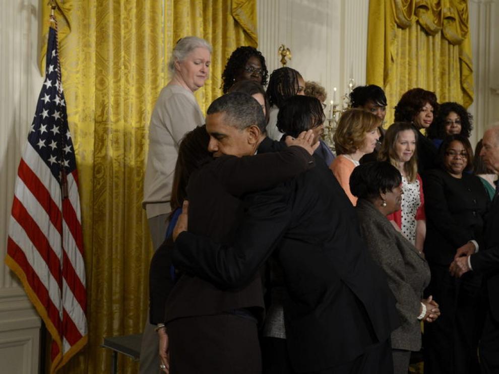 Obama saluda a algunas madres de víctimas del tiroteo en Newtown