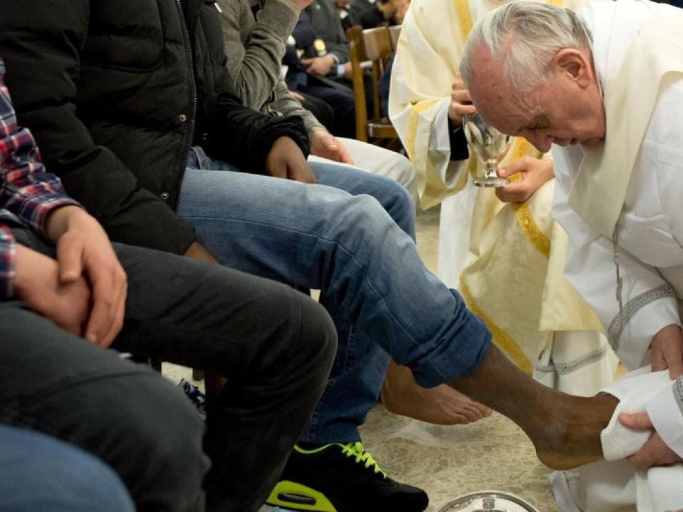 El Papa lava el pie de uno de los reclusos de un centro de menores en Roma